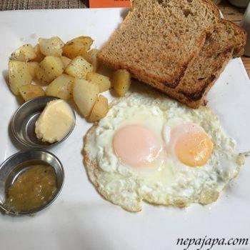 ポカラのレストランで朝食